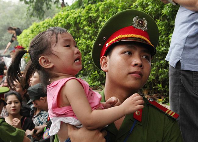 Trẻ nhỏ được chuyền tay để thoát đám đông xô đẩy ở đất Tổ - 16