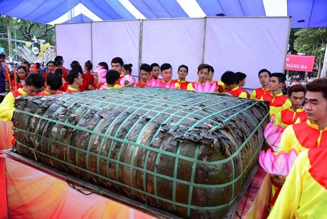 TPHCM: Dâng lễ vật khổng lồ lên vua Hùng ngày Giỗ Tổ - 1