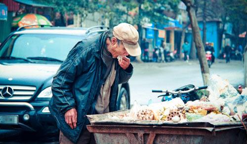 Rơi nước mắt với bức ảnh cụ già ăn đồ thừa ở xe rác - 1