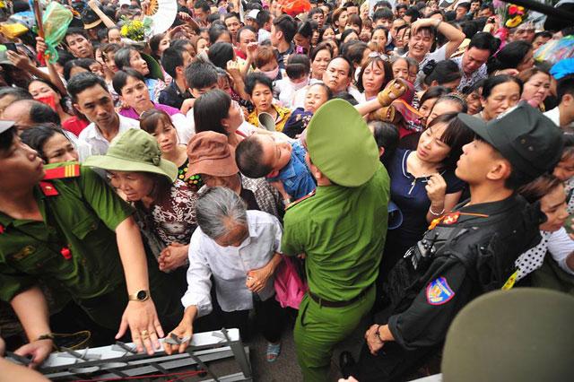Trẻ nhỏ được chuyền tay để thoát đám đông xô đẩy ở đất Tổ - 7
