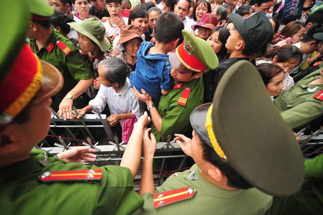 Trẻ nhỏ được chuyền tay để thoát đám đông xô đẩy ở đất Tổ - 8