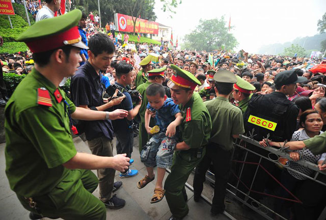 Trẻ nhỏ được chuyền tay để thoát đám đông xô đẩy ở đất Tổ - 9