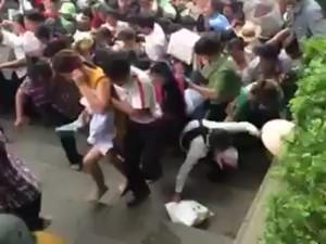 Clip: Hàng vạn người ào ào chen lên đền Thượng lễ Vua Hùng