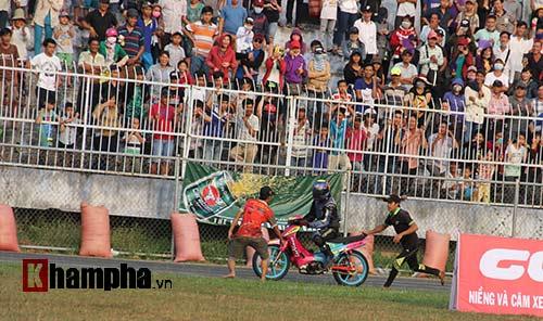 Hài hước: Hì hục đẩy xe tranh hạng ở giải mô tô tốc độ - 1