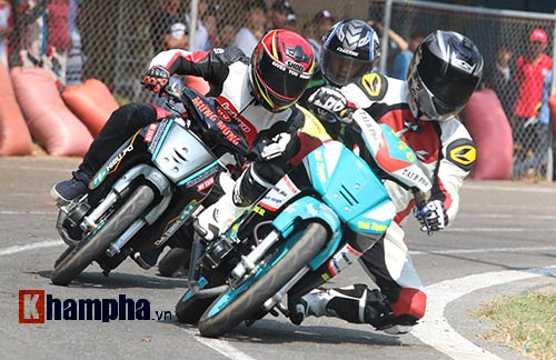 Hài hước: Hì hục đẩy xe tranh hạng ở giải mô tô tốc độ - 4
