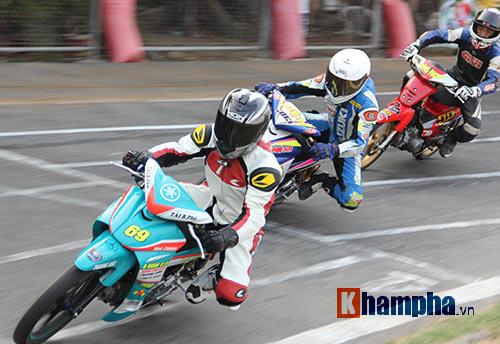 Hài hước: Hì hục đẩy xe tranh hạng ở giải mô tô tốc độ - 5