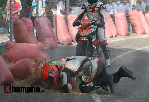 Hài hước: Hì hục đẩy xe tranh hạng ở giải mô tô tốc độ - 7