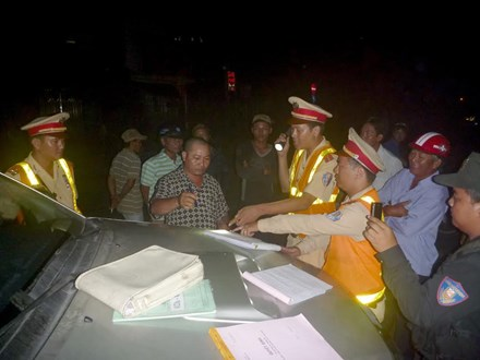 Đánh võng, ép xe cảnh sát giao thông trong đêm - 1