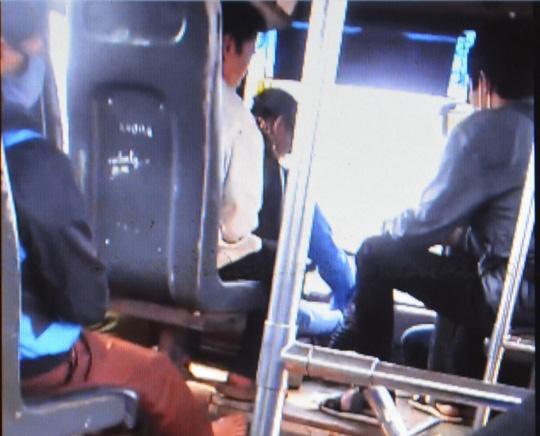 """Tạm đình chỉ công tác tài xế vừa lái xe buýt vừa """"chơi"""" bài - 1"""
