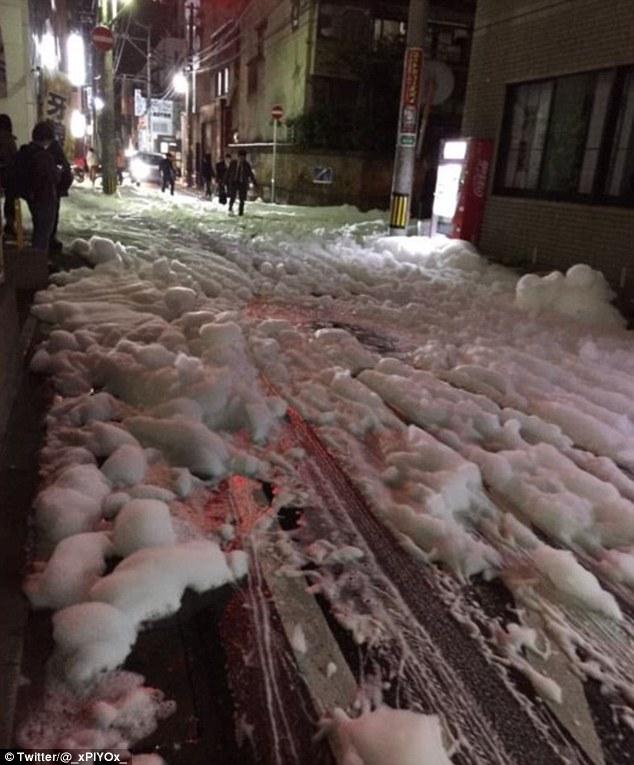 Bọt lạ phủ kín đường phố Nhật Bản sau động đất - 3