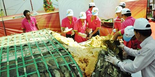 """TPHCM: Dân xếp hàng dài chờ thưởng thức bánh chưng """"khủng"""" - 3"""