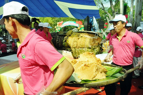 """TPHCM: Dân xếp hàng dài chờ thưởng thức bánh chưng """"khủng"""" - 5"""