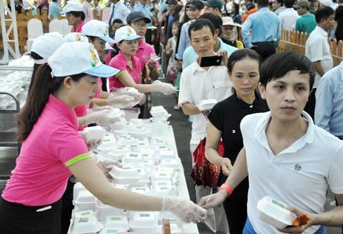 """TPHCM: Dân xếp hàng dài chờ thưởng thức bánh chưng """"khủng"""" - 10"""
