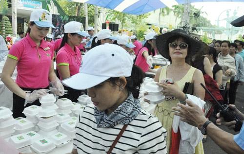 """TPHCM: Dân xếp hàng dài chờ thưởng thức bánh chưng """"khủng"""" - 11"""