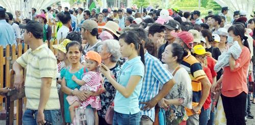 """TPHCM: Dân xếp hàng dài chờ thưởng thức bánh chưng """"khủng"""" - 12"""