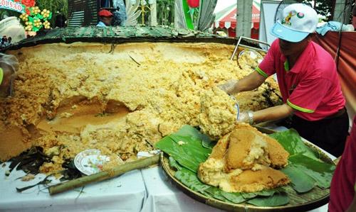 """TPHCM: Dân xếp hàng dài chờ thưởng thức bánh chưng """"khủng"""" - 6"""