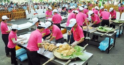 """TPHCM: Dân xếp hàng dài chờ thưởng thức bánh chưng """"khủng"""" - 8"""
