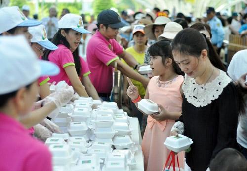 """TPHCM: Dân xếp hàng dài chờ thưởng thức bánh chưng """"khủng"""" - 13"""