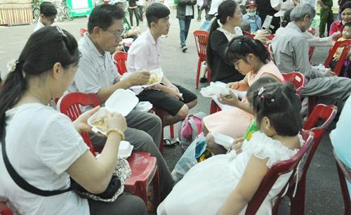 """TPHCM: Dân xếp hàng dài chờ thưởng thức bánh chưng """"khủng"""" - 14"""