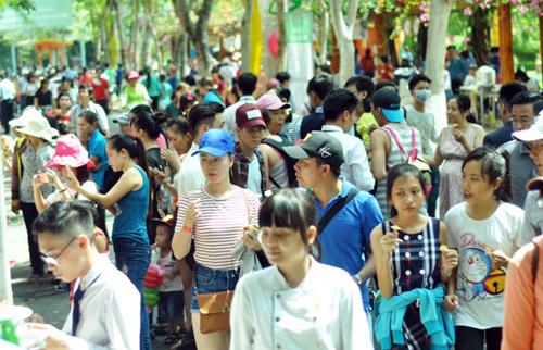 TPHCM: Nghỉ Giỗ Tổ, dân đổ về khu vui chơi tránh nóng - 1