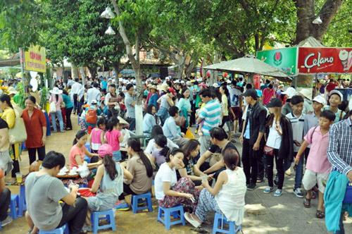 TPHCM: Nghỉ Giỗ Tổ, dân đổ về khu vui chơi tránh nóng - 3