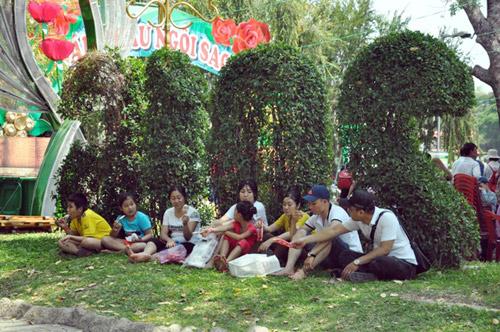 TPHCM: Nghỉ Giỗ Tổ, dân đổ về khu vui chơi tránh nóng - 4