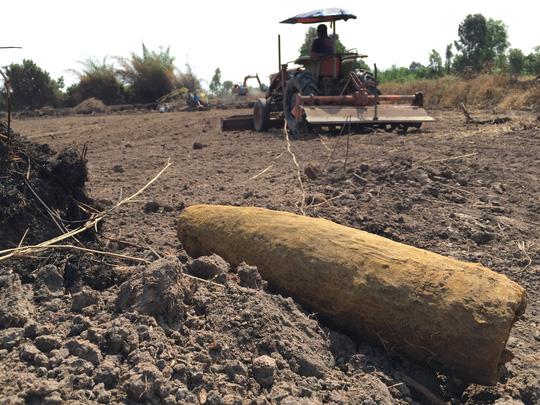 Cả xã bất an vì liên tiếp phát hiện bom - 2