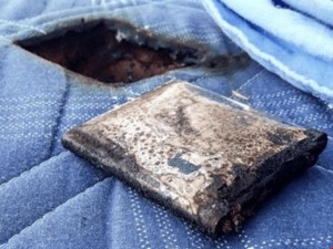 Công nghệ thông tin - Điện thoại Samsung bất ngờ phát nổ bên cạnh cậu bé đang ngủ