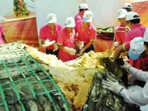 """TPHCM: Dân xếp hàng dài chờ thưởng thức bánh chưng """"khủng"""""""