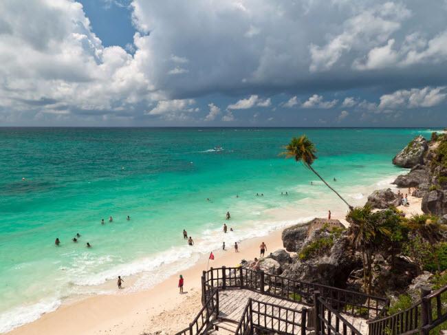 Được độc giả của tạp chí du lịch TripAdvisor bình chọn là điểm đến mới nổi hấp dẫn nhất trong năm 2015, thị trấn Tulum ở Mexico nổi tiếng với bãi biển đẹp, ẩm thực phong phú và nhiều hoạt động hấp dẫn, như tham quan khu di tích của người Maya.