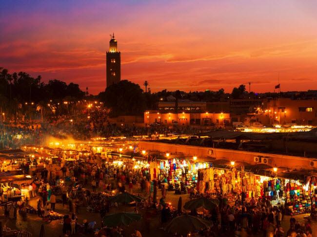 Tạp chí Tiền tệ mới đây đã xếp hạng thành phố Marrakesh ở Ma-rốc là một trong ba địa điểm du lịch hấp dẫn nhất năm 2016. Một trong những ưu điểm của thành phố du lịch này là chi phí cho khách sạn và ăn uống rất rẻ.