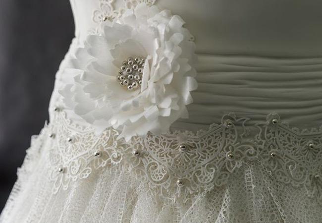 Từng chi tiết của chiếc váy cưới bằng bánh được làm rất tinh xảo. Đội ngũ chuyên nghiệp phải mất hơn 300 giờ để hoàn thành nó.