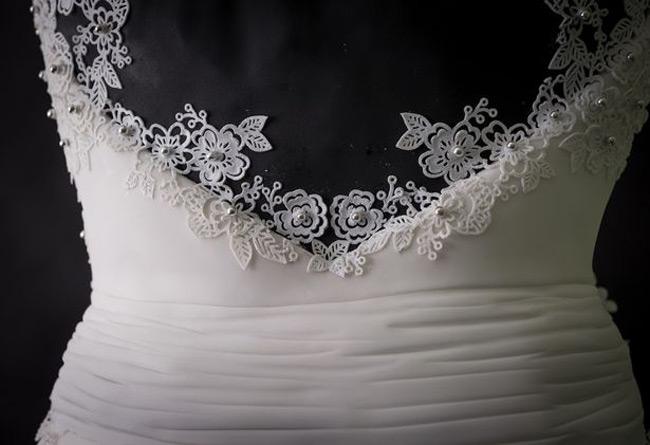 Đường nếp gấp hoàn hảo cho chiếc váy và kết dây ren trông như một chiếc váy thật.