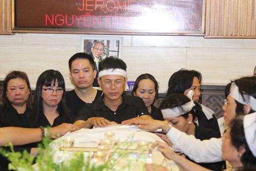 Vợ con khóc ngất trong lễ hoả táng nhạc sỹ Nguyễn Ánh 9 - 3