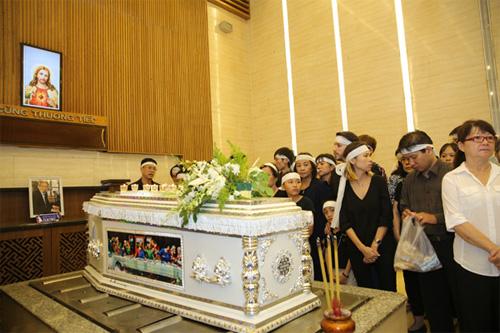 Vợ con khóc ngất trong lễ hoả táng nhạc sỹ Nguyễn Ánh 9 - 2