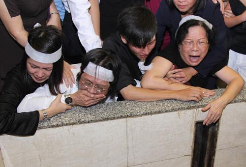 Vợ con khóc ngất trong lễ hoả táng nhạc sỹ Nguyễn Ánh 9 - 5