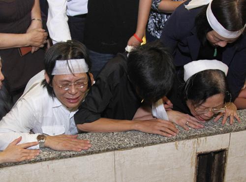Vợ con khóc ngất trong lễ hoả táng nhạc sỹ Nguyễn Ánh 9 - 6