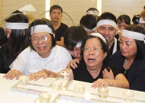 Vợ con khóc ngất trong lễ hoả táng nhạc sỹ Nguyễn Ánh 9 - 4