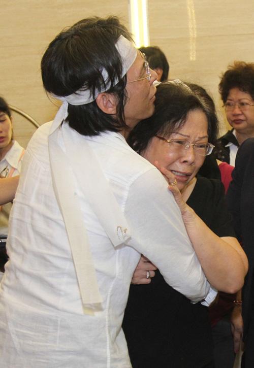 Vợ con khóc ngất trong lễ hoả táng nhạc sỹ Nguyễn Ánh 9 - 9