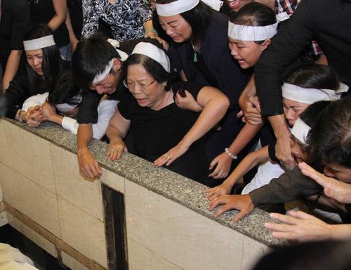 Vợ con khóc ngất trong lễ hoả táng nhạc sỹ Nguyễn Ánh 9 - 8