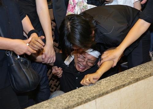 Vợ con khóc ngất trong lễ hoả táng nhạc sỹ Nguyễn Ánh 9 - 7