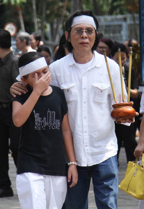 Vợ con khóc ngất trong lễ hoả táng nhạc sỹ Nguyễn Ánh 9 - 12