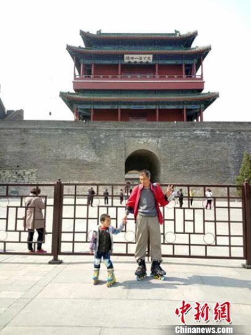 Cha dẫn con 4 tuổi trượt patin 540km để... dạy cách sống - 6