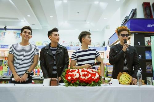 Nhóm nhạc 365 bị hàng trăm fan nữ quây tại Hà Nội - 1