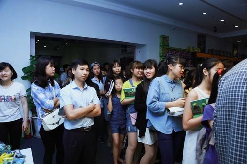 Nhóm nhạc 365 bị hàng trăm fan nữ quây tại Hà Nội - 2