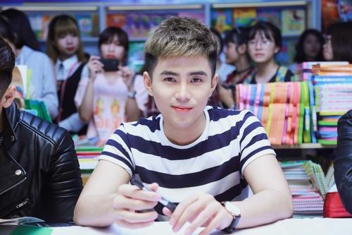Nhóm nhạc 365 bị hàng trăm fan nữ quây tại Hà Nội - 7