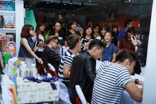 Nhóm nhạc 365 bị hàng trăm fan nữ quây tại Hà Nội - 9
