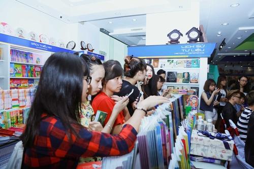 Nhóm nhạc 365 bị hàng trăm fan nữ quây tại Hà Nội - 10
