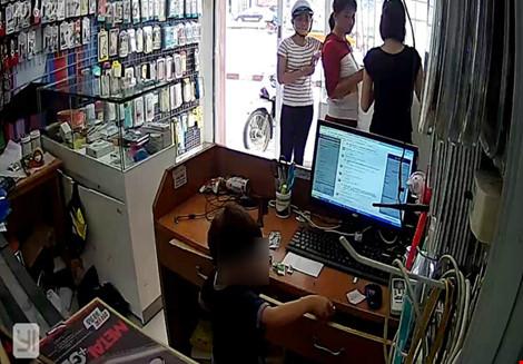 Phẫn nộ clip người phụ nữ chỉ bé trai trộm điện thoại - 1