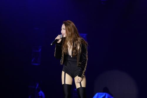 Minh Hằng sexy khó cưỡng khi hát dưới mưa tầm tã - 4